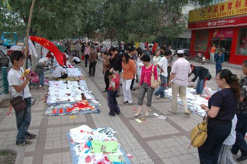 在西宁市的体育馆路,整整一条街都云集着销售奥运圣火的商贩
