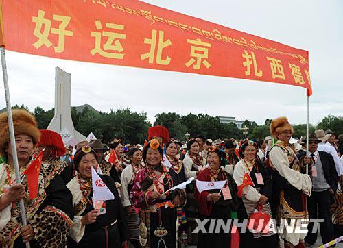 6月21日,藏族群众沿途欢迎奥运圣火。 新华社记者 索朗罗布摄