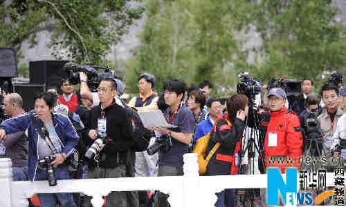 6月21日,众多境内外媒体记者在布达拉宫广场等候火炬传递队伍的到来。当日,北京奥运会圣火传递活动在西藏拉萨举行。 新华社记者普布扎西摄