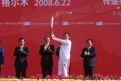 首棒火炬手展示祥云火炬 奥运官网记者 范帆摄