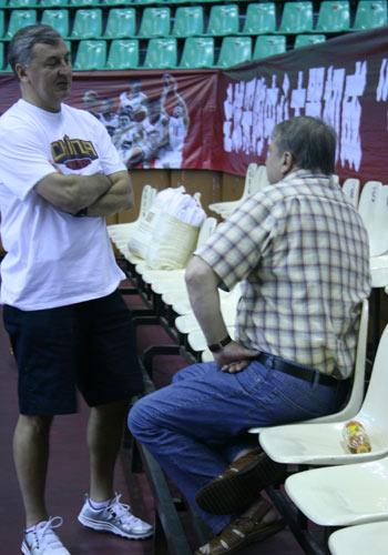 图文:立陶宛男篮热身 和老友侃侃而谈