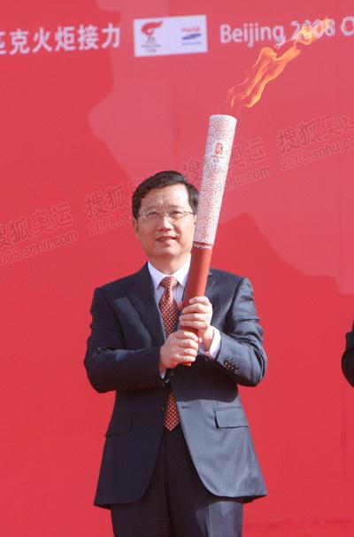 青海省委书记强卫展示火炬