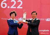 图文:青海省委书记省长展示奥运圣火火种灯