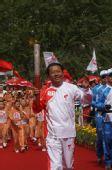 组图:奥运圣火在格尔木传递 末棒火炬手李小松