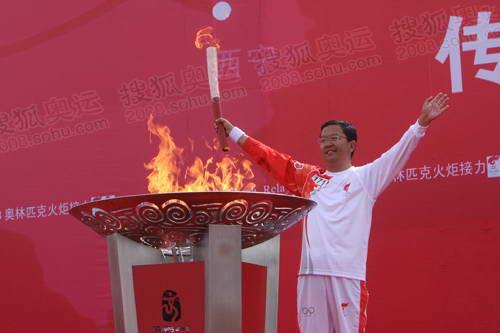 点燃圣火盆后,李小松摆胜利造型