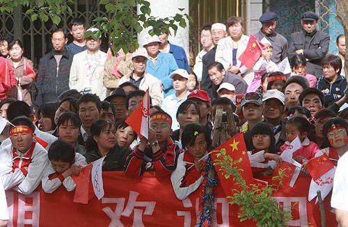 沿途众多民众为奥运火炬加油