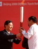 图文:奥运圣火在格尔木传递 才嘎接过火炬