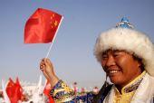 图文:奥运圣火在格尔木传递 群众为圣火加油