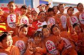 图文:奥运圣火在格尔木传递 才嘎与儿童们合影
