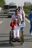图文:奥运圣火格尔木传递 残疾人火炬手宋玉红