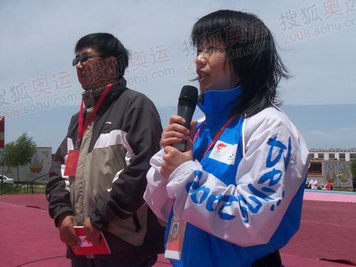 奥组委人员向火炬手们讲解注意事项