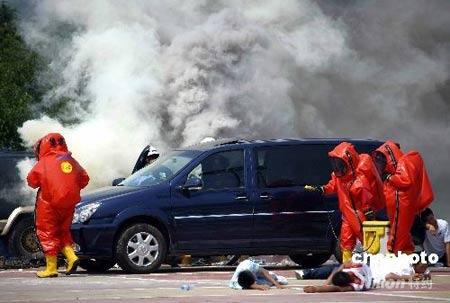 """""""长城5号""""演习有公安、武警等多个部门协同参与,与以往不同的是演习队伍增加了军队、卫生、环保、气象、交通等多个部门。演习从实战出发设置了若干科目,采取实地、实时、实兵、实装等方式进行,并首次在北京城区使用了警用直降机,演习预计在一周内完成。 中新社发 刘永生 摄"""
