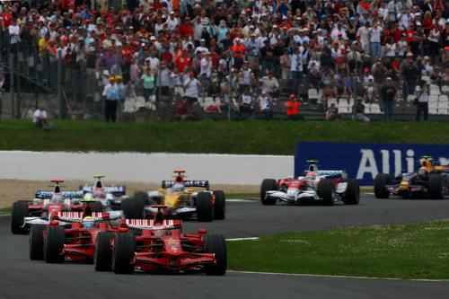 图文:[F1]法国大奖赛正赛 法拉利车手领先过弯