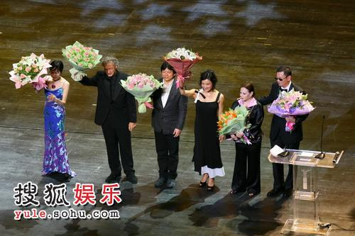 图:第十一届上海国际电影节闭幕最后评委上台