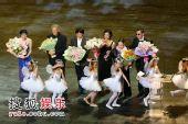 图:第十一届上海国际电影节闭幕为评委献花