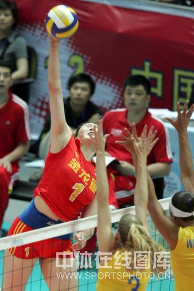 图文:中国女排3-2巴西女排 王一梅扣球瞬间