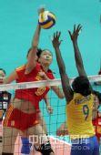 图文:中国女排3-2巴西女排 蕊蕊扣球小肚走光