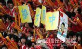 图文:中国女排3-2巴西女排 观众助威中国女排