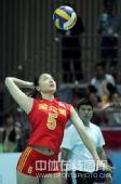 图文:中国女排3-2巴西女排 魏秋月准备发球