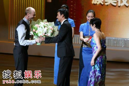 图:第十一届上海国际电影节闭幕式-张震献花