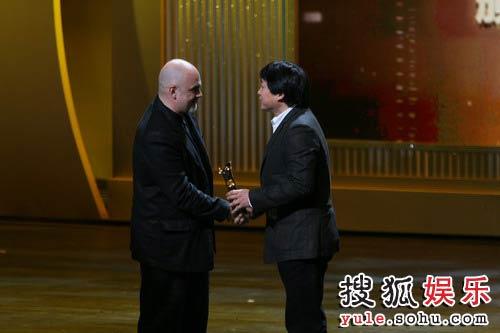 图:上海国际电影节霍建起颁发最佳导演奖