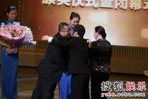 图:第十一届上海国际电影节闭幕式高群书领奖