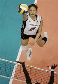 图文:美国女排3-2日本女排 俯看日本女将扣球