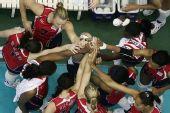 图文:美国女排3-2日本女排 美国姑娘团结鼓劲
