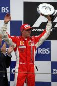 图文:[F1]法国大奖赛正赛 莱科宁举起奖杯