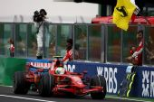 图文:[F1]法国大奖赛正赛 马萨冲线瞬间