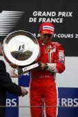 图文:[F1]法国大奖赛正赛 马萨手捧奖杯