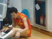 图文:中国女排3-2巴西女排 冯坤撕去腿上胶布