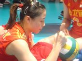 图文:中国女排3-2巴西女排 魏秋月为球迷签名