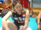 图文:中国女排3-2巴西女排 张娜与队友交流