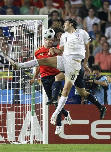 图文:[欧洲杯]西班牙VS意大利 托尼甩头