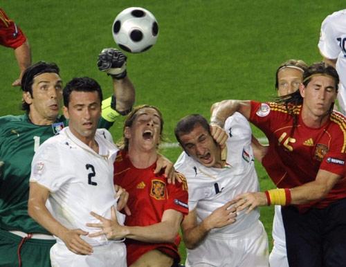 图文:[欧洲杯]西班牙VS意大利 空中人墙