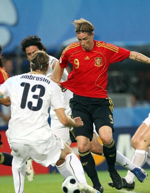 图文:[欧洲杯]西班牙4-2意大利 托雷斯恶战