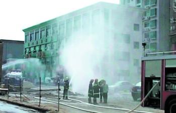 白色烟雾状的天然气喷射高达10余米。本报荧屏图片