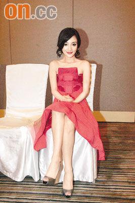李小璐一身红裙