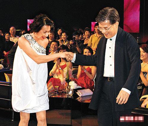 罗康瑞(右)前晚主动拖着女友朱玲玲上台,甜蜜之情溢于言表