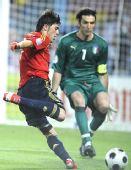 图文:西班牙4-2意大利 比利亚(左)射门