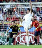 图文:西班牙4-2意大利 托尼(中)射门