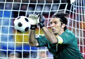 图文:西班牙4-2意大利 布冯在比赛中扑救