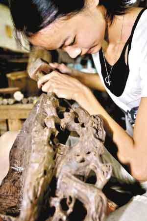 木制底座也需要精雕细琢