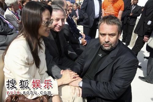吕克-贝松跪地向杨紫琼大献殷情