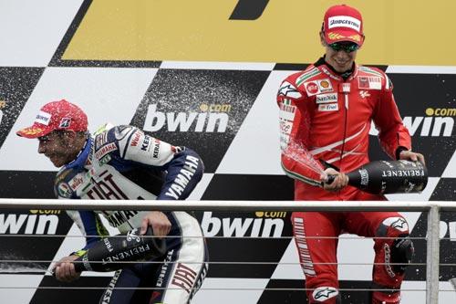 图文:MotoGP英国站正赛 斯托纳罗西喷洒香槟