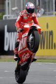 图文:MotoGP英国站正赛 斯托纳车技显霸气