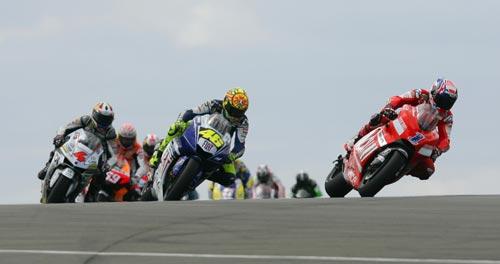 图文:MotoGP英国站正赛 斯托纳领先罗西