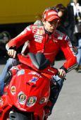 图文:MotoGP英国站正赛 斯托纳驾车兜风