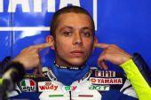 图文:MotoGP英国站正赛 罗西堵住耳朵